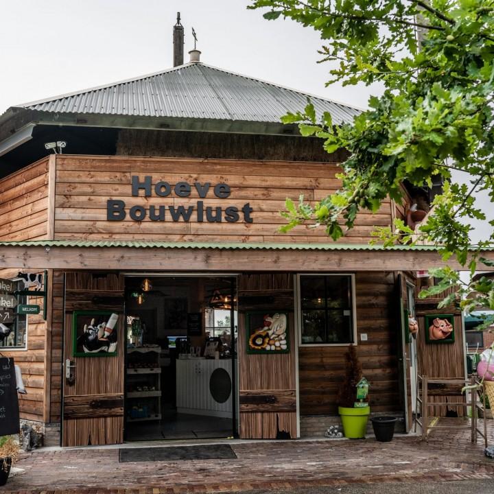 buitenzijde streekwinkel in een voormalige hooiberg bij Hoeve Bouwlust in Midden-Delfland