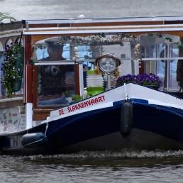 vooraanzicht van slaonboot de slakkenvaart die komt aanvaren in midden-delfland