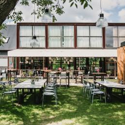 terras in de tuin met op de achtergrond de galier van Art Centre Delft in Midden-Delfland